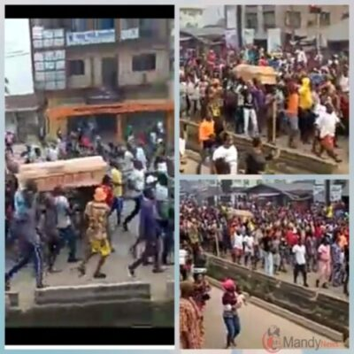 "EndSARS: Edo Protesters Carry Coffin & Chant ""Buhari Must Go"" (Video)"