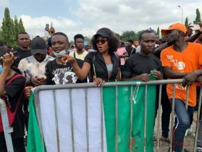 Photo of EndSARS Protesters Chase Away Lawmakers, Demand To See Senate President